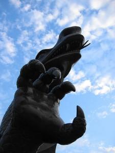 ドラゴンの像を下から見上げている写真。右手のかぎ爪と牙が見える