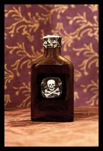 髑髏マークが瓶の真ん中に着く毒が入ってそうな瓶