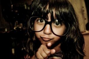 大きな眼鏡をかけた黒髪の女の子