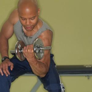 バーベルで二の腕を鍛える男性
