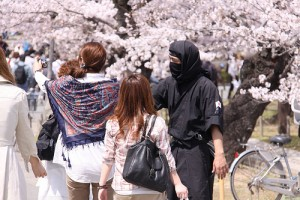 忍び装束の男性と観光客