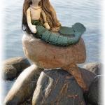 水辺の石の上にのるマーメイドの人形
