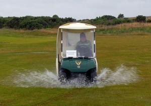 ゴルフ場を水飛沫を上げて車で走る