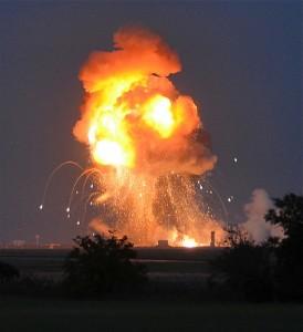 爆発で上空へ火柱が上がる