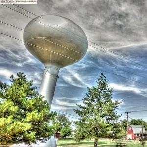 銀色の球体と怪しげな雲と二本の木