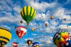 空に浮かぶ無数の気球