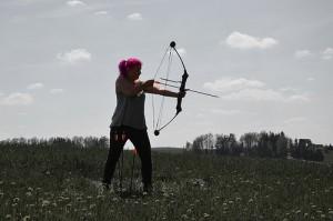 弓を弾く髪の赤いふくよかな女性