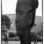 大きな女性の顔の石像