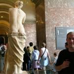 美術館に展示されているヴィーナスの像を後ろから記念写真