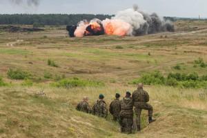 爆撃を遠くで見る戦闘兵