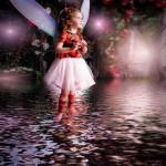 水面に立つ羽根を付けた少女