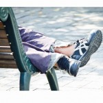 ベンチで横たわる浮浪者の足