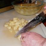 包丁でジャガイモをカットする
