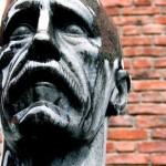 嘆き悲しむ感じの石像の顔