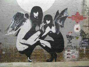 壁に描かれた背中に羽を生やした女性のモンスター