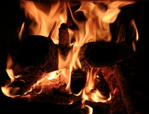 暗闇の中で炎が燃える