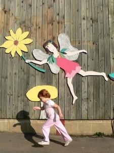 壁に貼った妖精の絵と走り出す女の子