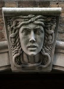 メデューサの頭を象った石像