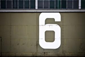 壁に数字で6が白文字で書かれている