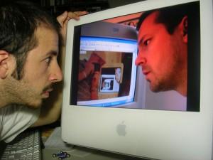 ディスクトップを覗き込む男
