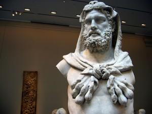 髭を蓄えたゼウス風の彫像