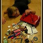 床に倒れた女性とカバンの中身が床に散らかる