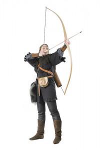 ロビンフッドのような衣装を身に付け弓を引く男性