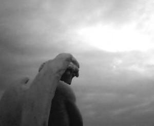 天使の石像の後ろから空を撮った白黒写真