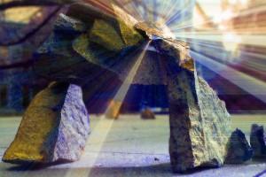 積み重なった石に光が当たる