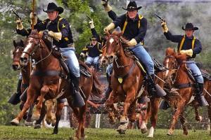 馬に跨り銃を持つ西部のガンマン達