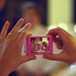 カメラを構える両手