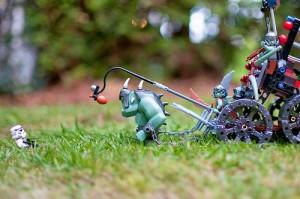 レゴブロックで作った荷を引く緑の大きな怪物