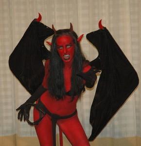 コーモリの羽に角を生やし、尖った耳で全身真っ赤肌をした女のモンスター
