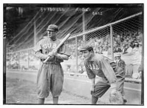 バットを持つ白人野球のバッターとキャッチャー