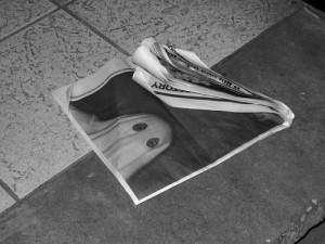 床に置かれた白いシーツを被ったお化けの白黒写真