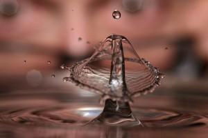 水滴が水面で落ちる瞬間の写真