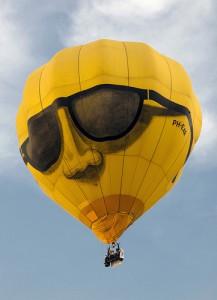 サングラスをかけた顔の絵が描かれている黄色バルーン