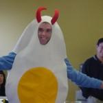 卵焼きの衣装を着た頭に角のある男性