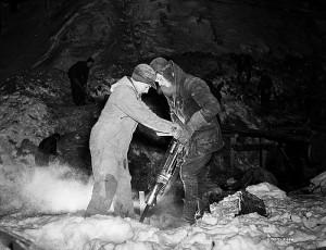 ドリルで穴をあける2人の男性