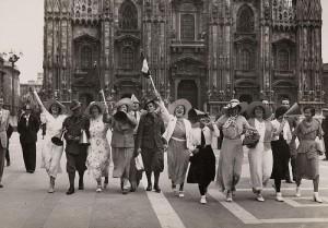 道路を闊歩する女性たち