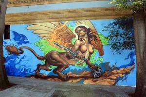 人の上半身を持ち、背中には鷹の羽ね、ライオンの下半身を持つキメラが壁面に描かれている