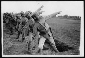 一列に並び鉄球を投げようとする軍服の男性たち