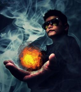 左手に火の玉を持つサングラスの男性