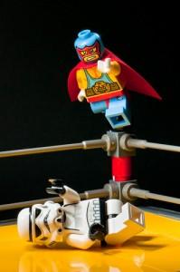 コーナーからマットへ飛ぶマスクのレゴのオモチャ