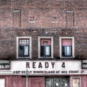 レンガの壁に三つの窓。看板に『Ready 4』