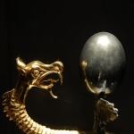 黄金の竜と銀色に光るタマゴ