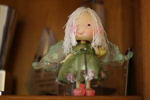 緑の服を着て白い髪の長い人形