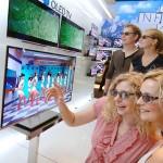 お店でテレビ購入を検討する男女