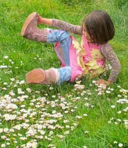 女の子が草原で転ける