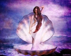 大きな2枚貝の上に立つ髪の長い美女